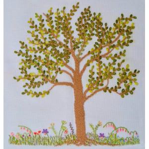 Árvore costurada e seu canteiro florido